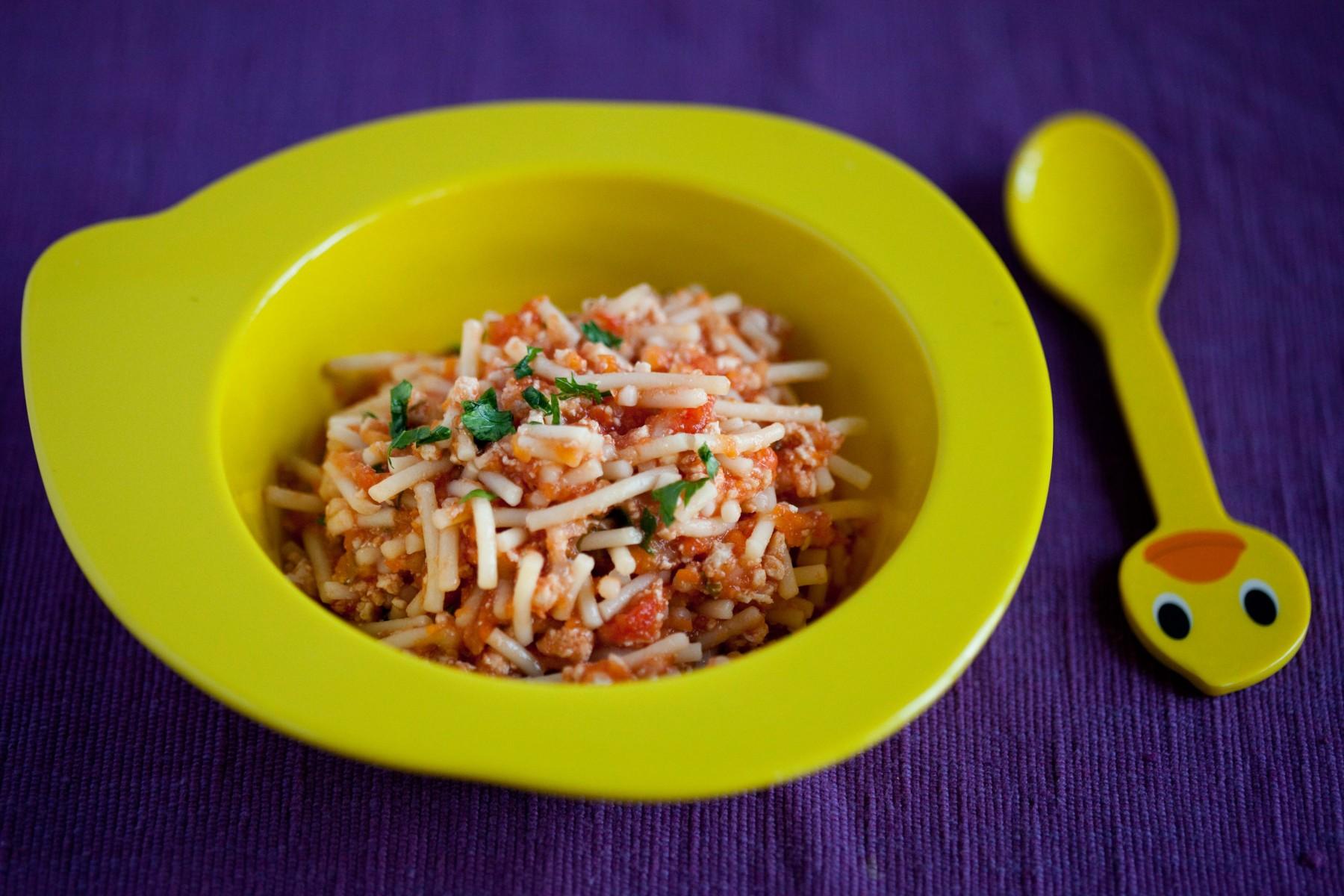 spaghetti z mięsem mielonym i warzywami w sosie pomidorowym