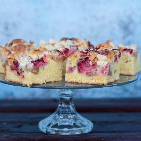 ciasto-z-rabarbarem-i-truskawkami