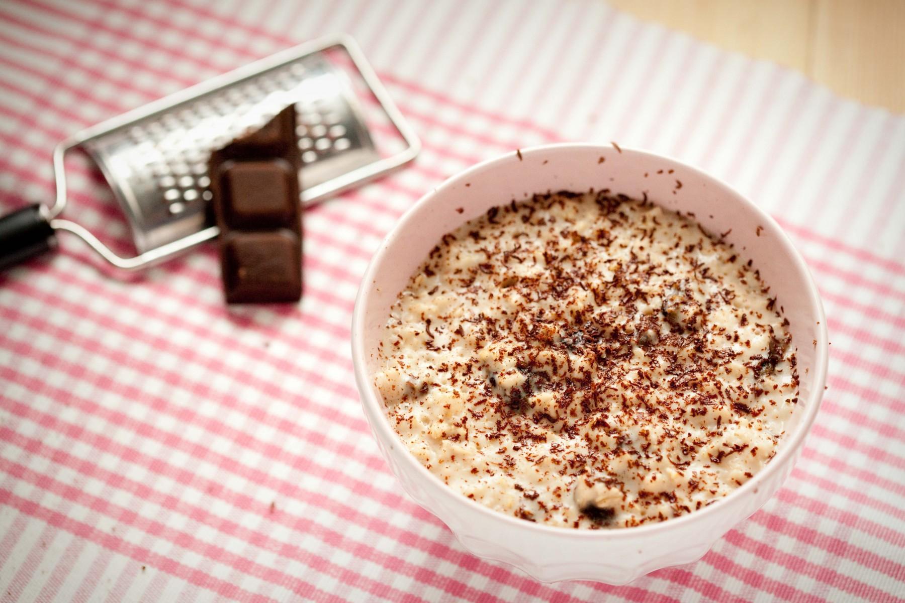 kokosowa-owsianka-ze-sliwkami-i-czekolada