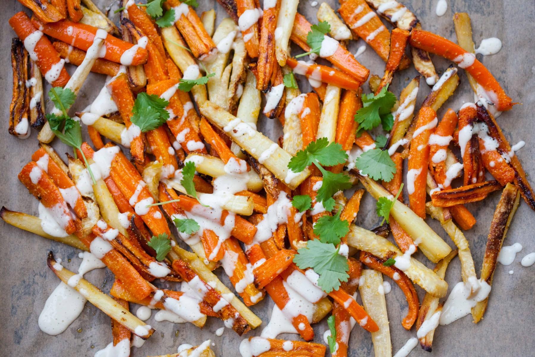 frytki-z-warzyw-korzeniowych-z-sosem-z-tahini
