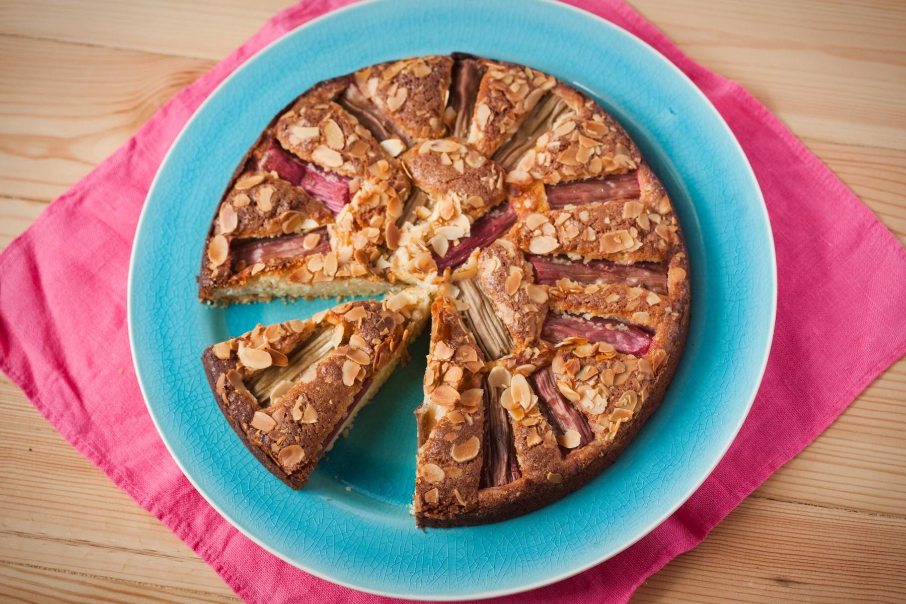 ciasto-z-rabarbarem-i-migdalam