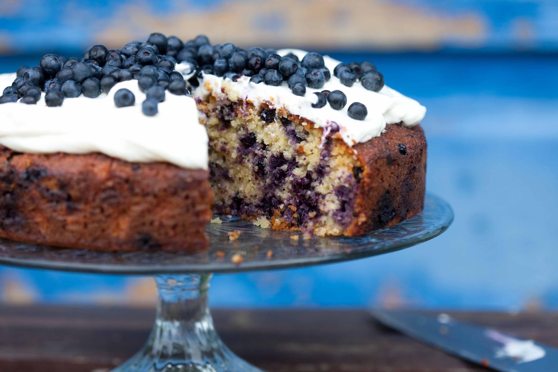 migdalowe-ciasto-z-jagodami-bez-maki