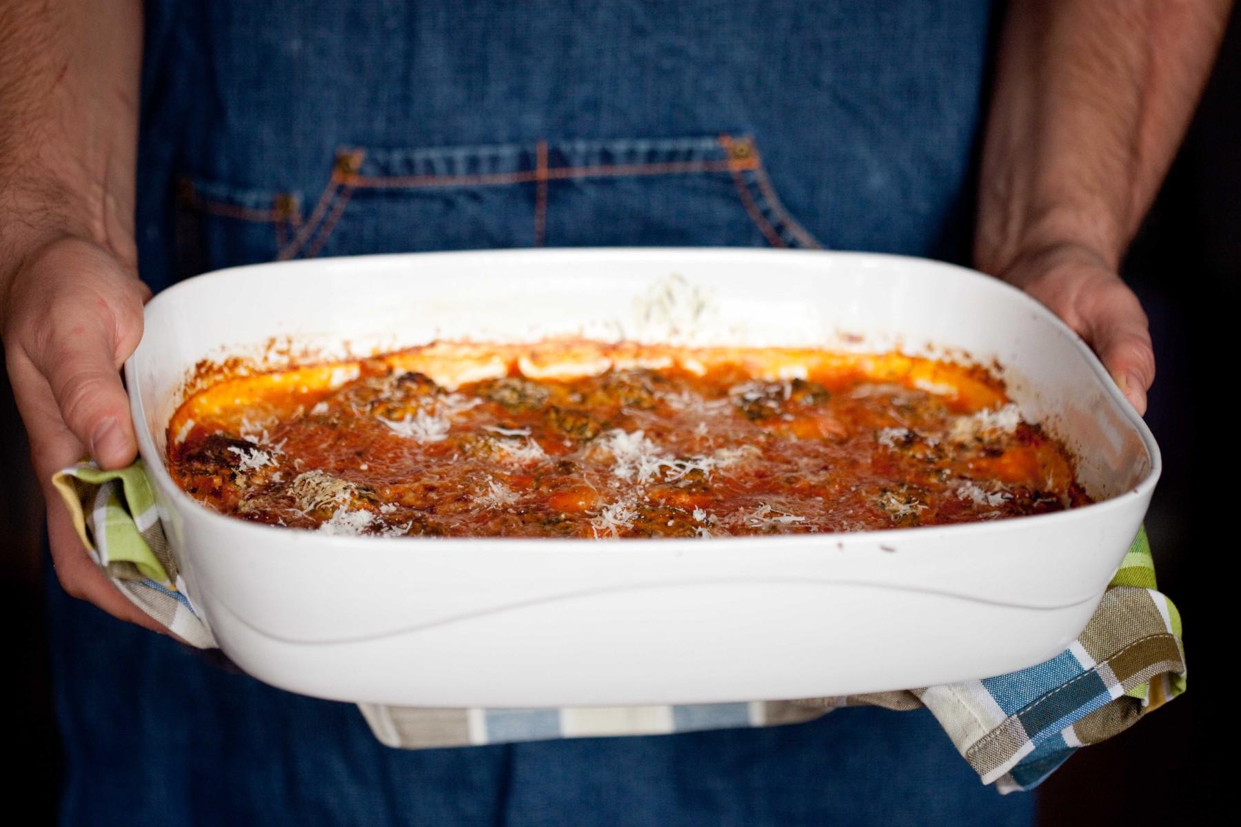 kluski-z-jarmuzem-i-ricotta-zapiekane-w-sosie-pomidorowym