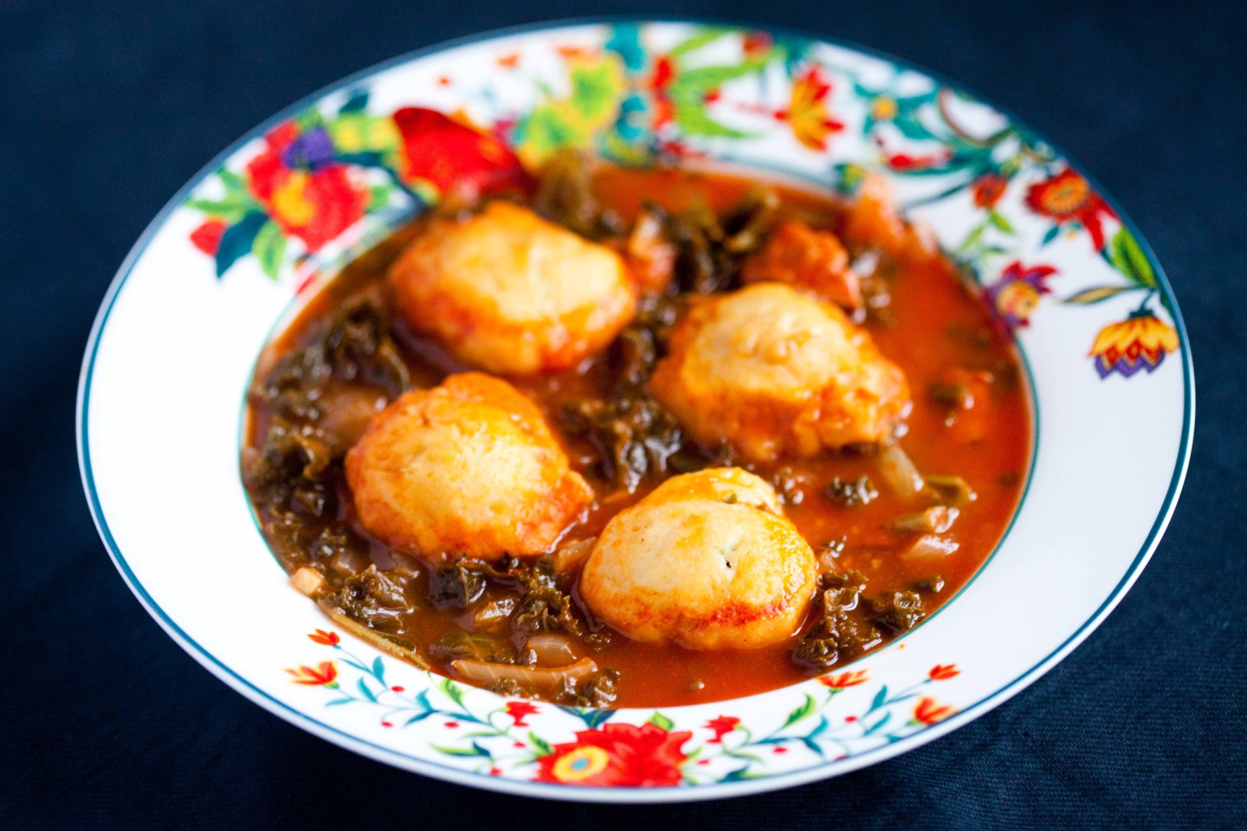 pomidorowa-zupa-z-jarmuzem-kielbasa-kluskami