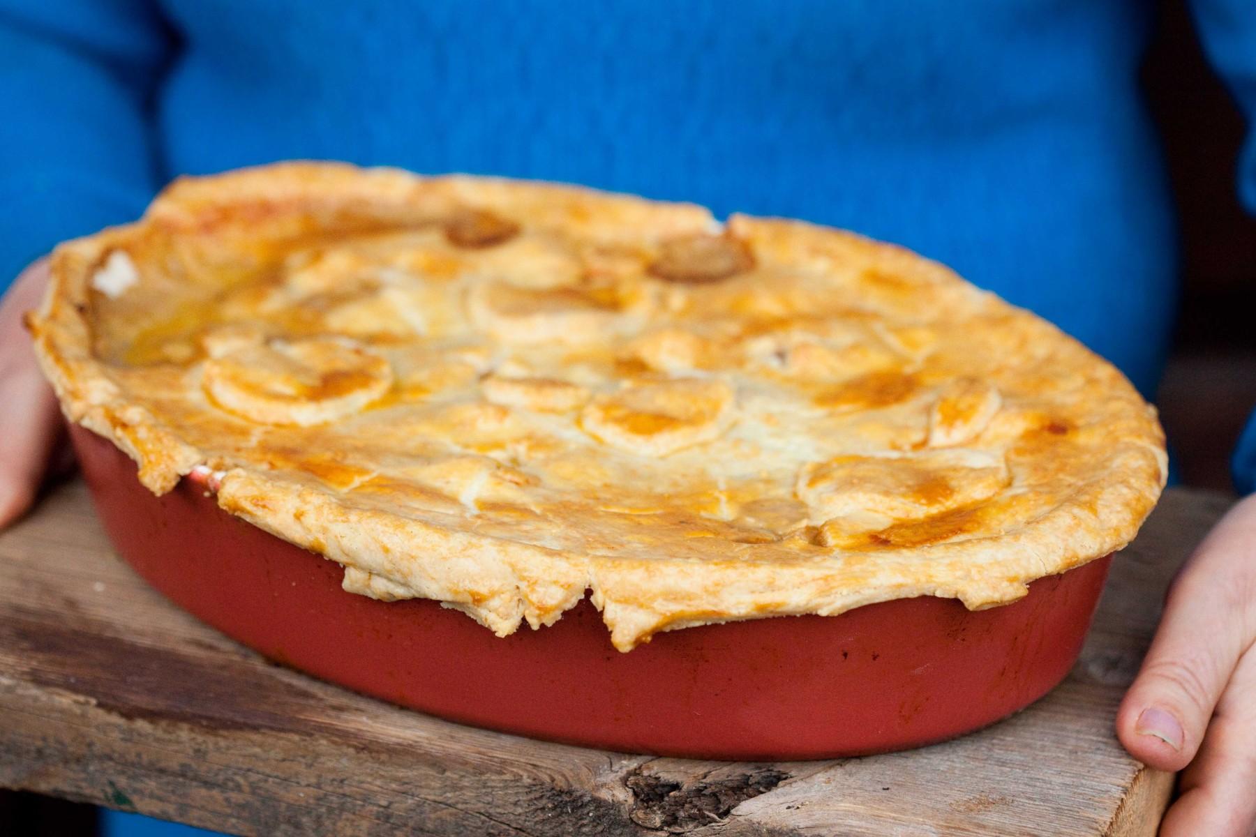 zapiekanka z poledwiczka wieprzowa i jablkami pod serowym ciastem-1