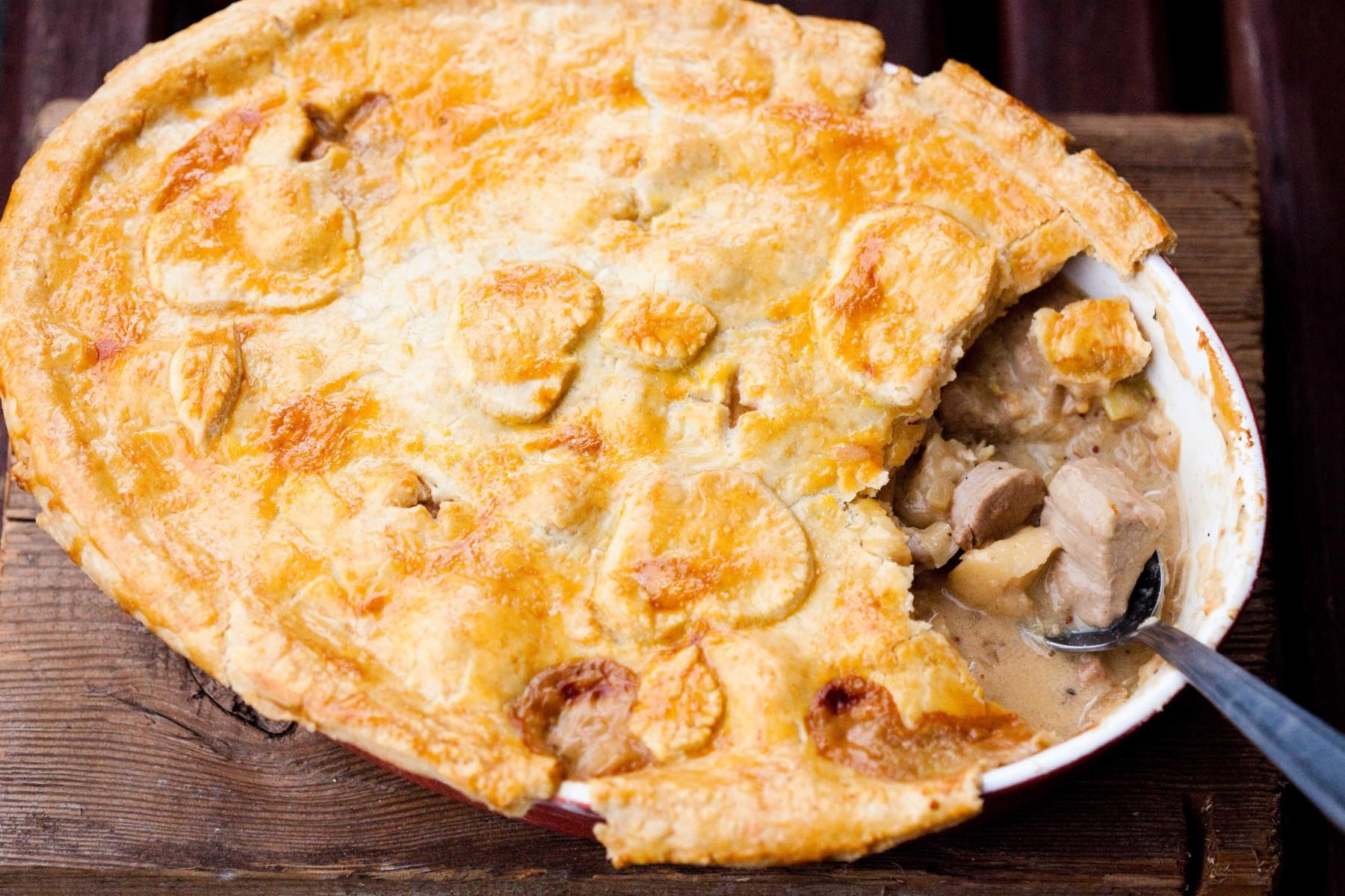 zapiekanka-z-poledwiczka-wieprzowa-i-jablkami-pod-serowym-ciastem