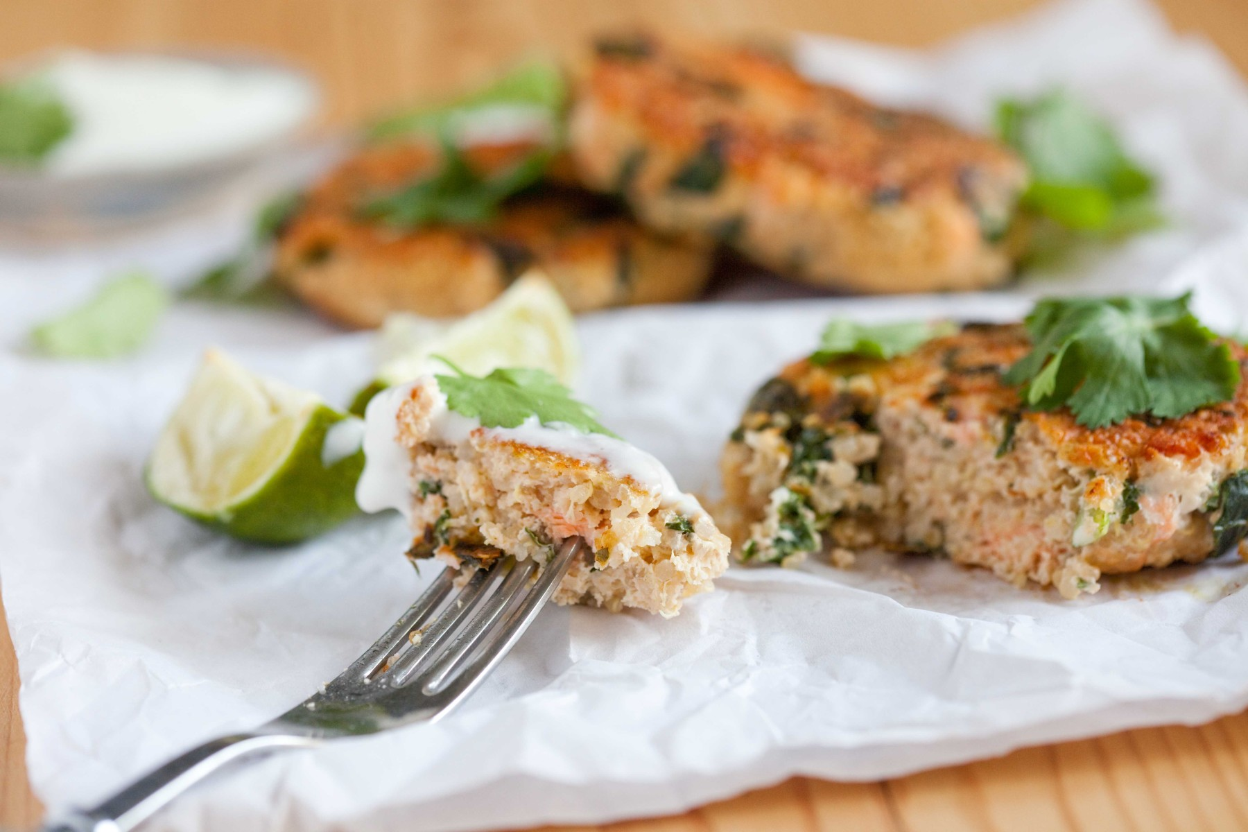 kotleciki-z-lososia-kaszy-quinoa-jarmuz