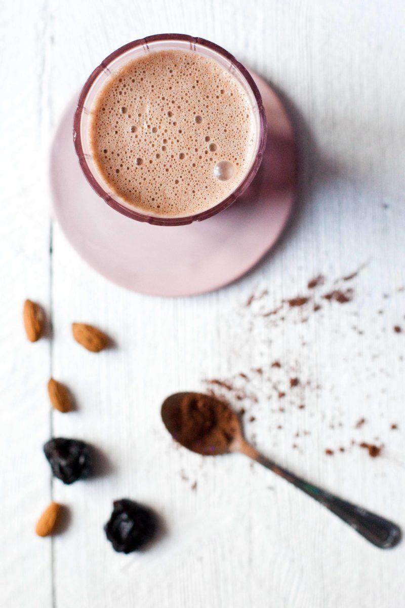goraca czekolada z maslem migdalowym i sliwka-1