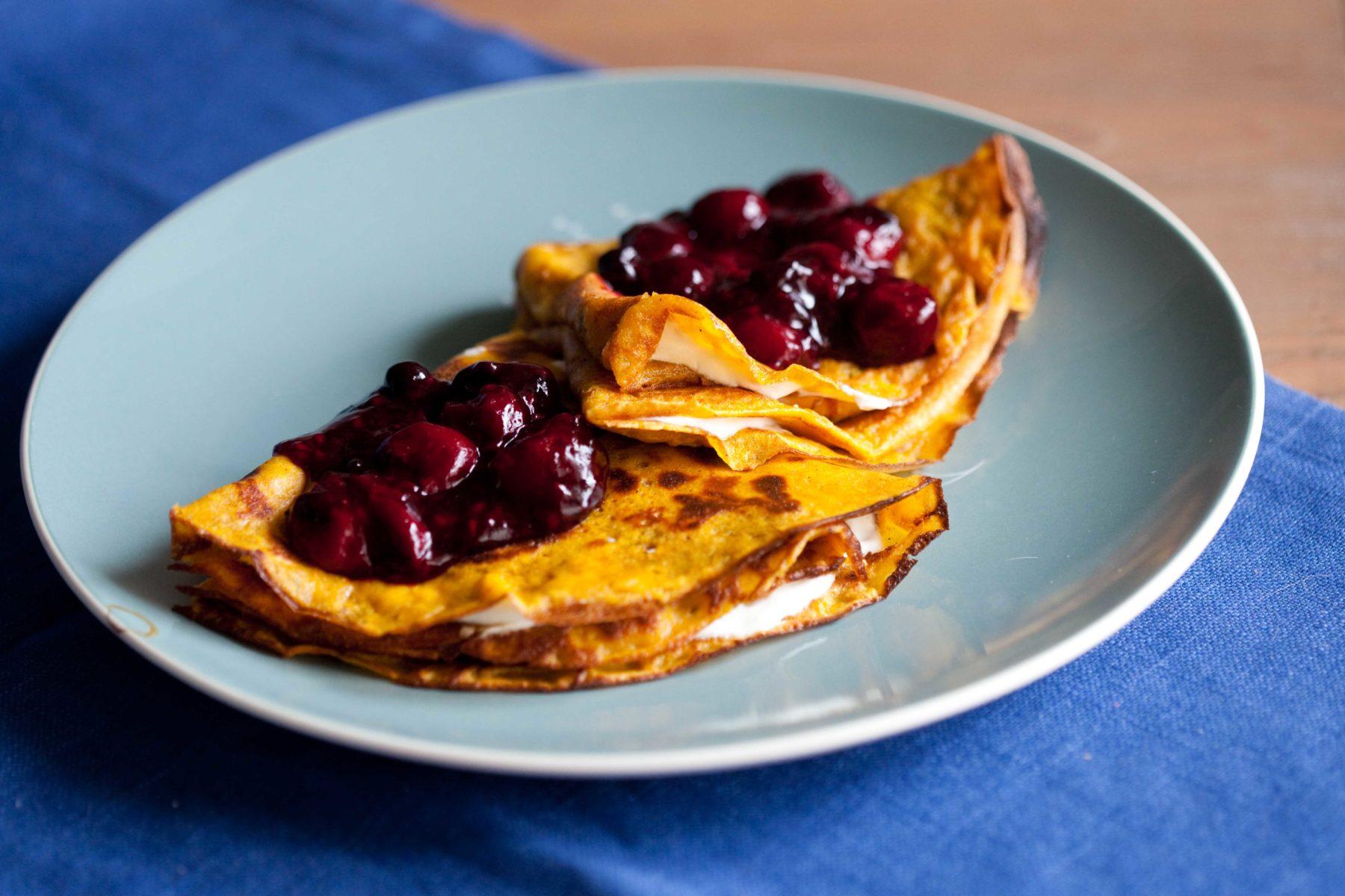 marchewkowe-nalesniki-z-serkiem-i-owocami