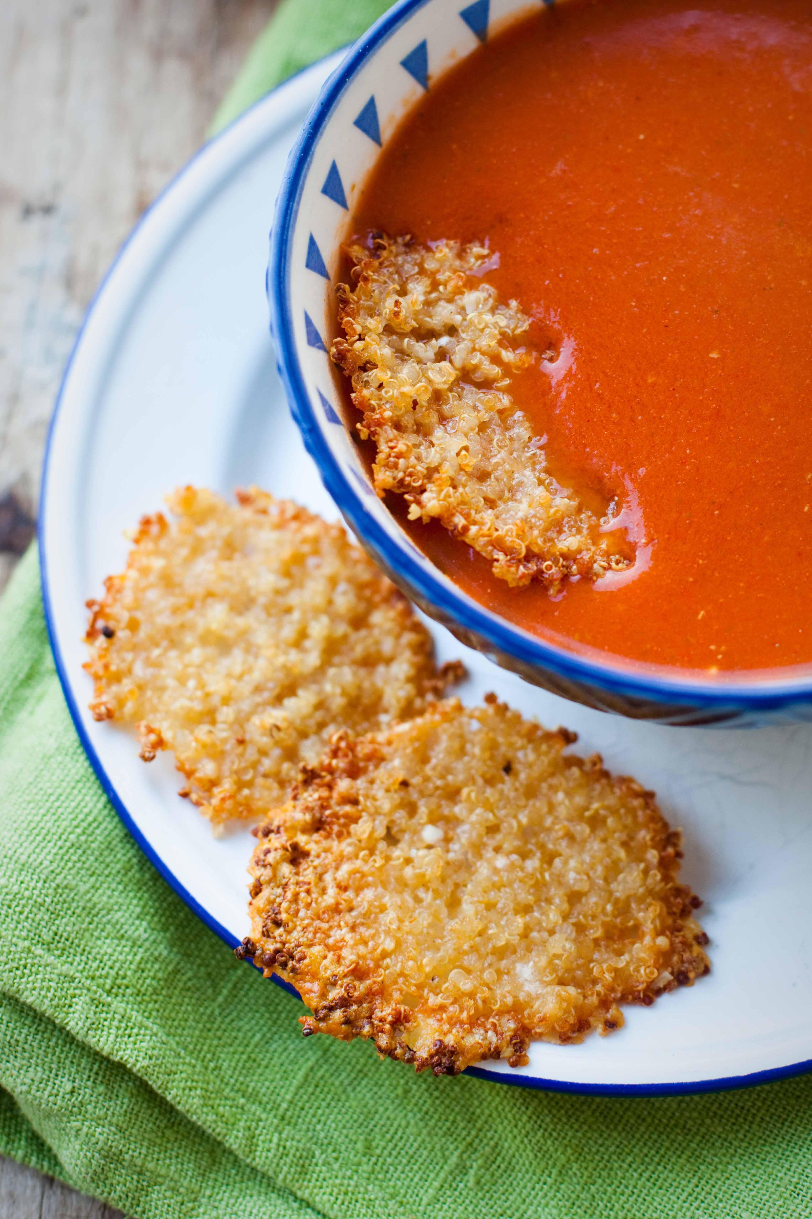 zupa-pomidorowa-z-chipsami-z-parmezanu-kaszy-quinoa