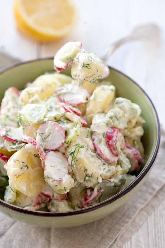 sałatka-z-młodych-ziemniaków-rzodkiewek-ogórk
