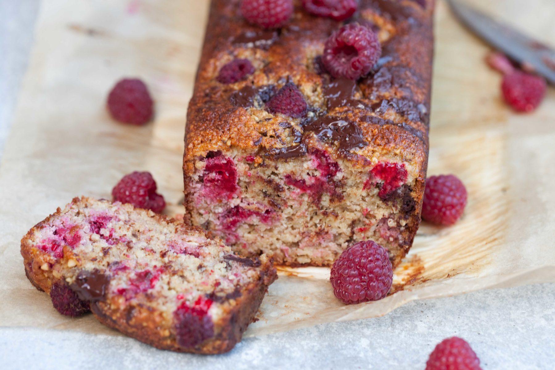 ciasto migdalowe z malinami i czekolada