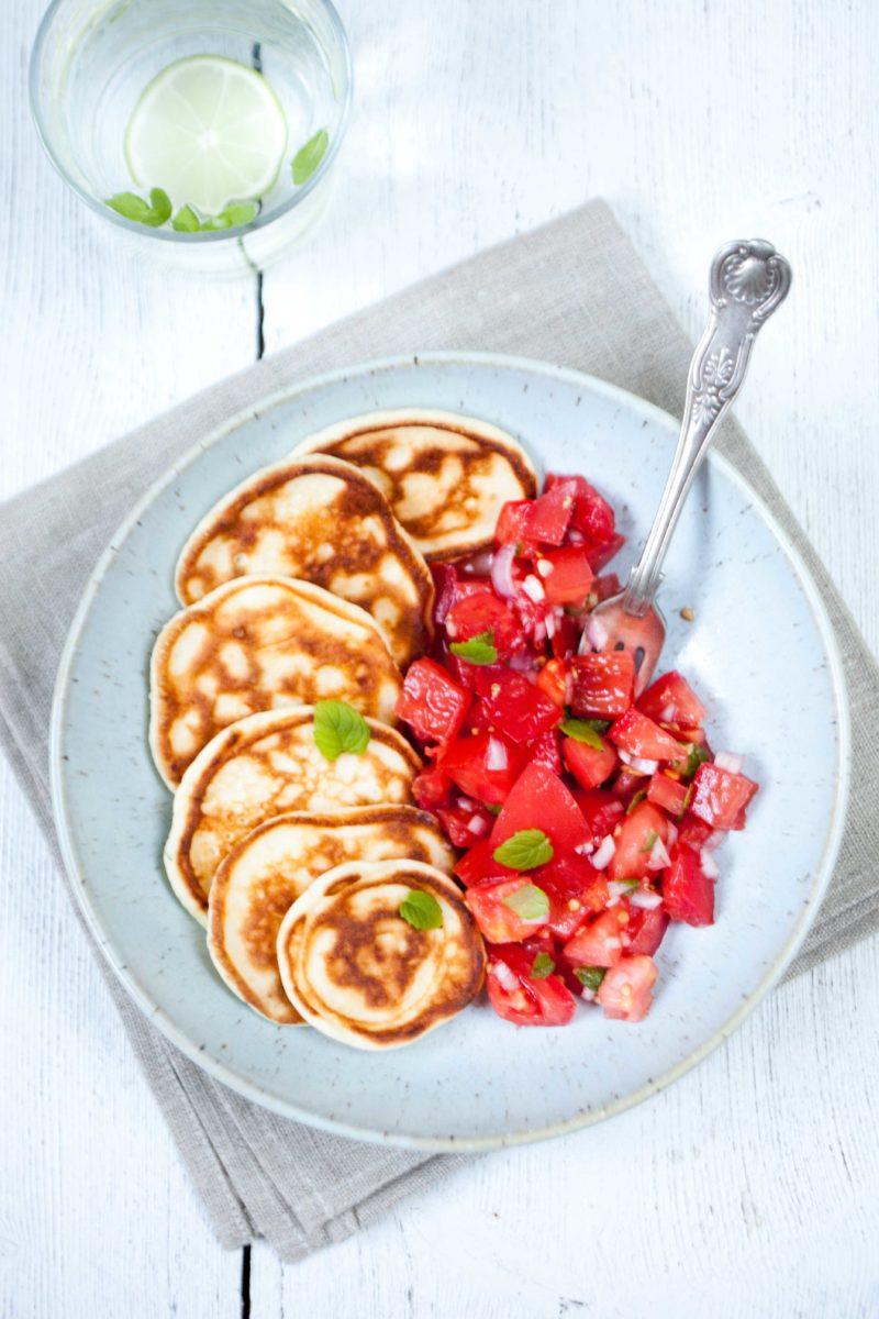 placki-z-halloumi-z-pomidorowa-salatka